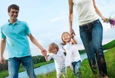Famille heureuse à l'extérieur photo libre de droits