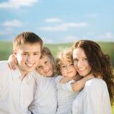 Famille heureuse à l'extérieur Photographie stock