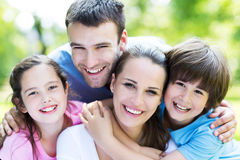 Famille heureuse à l'extérieur photographie stock libre de droits