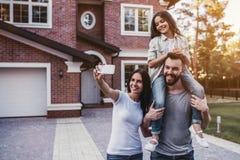 Famille heureuse à l'extérieur image stock