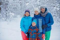 Famille heureuse à l'extérieur neige Vacances de l'hiver Image libre de droits