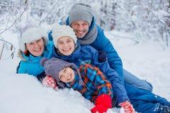 Famille heureuse à l'extérieur neige Vacances de l'hiver Photographie stock