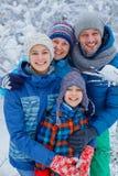 Famille heureuse à l'extérieur neige Vacances de l'hiver Photos stock
