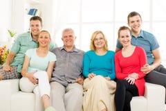 Famille heureuse à la maison photographie stock