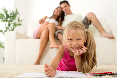 Famille heureuse à la maison Photo stock