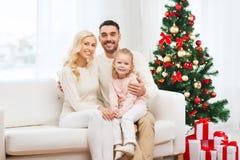 Famille heureuse à la maison avec l'arbre de Noël Photos libres de droits