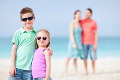 Famille heureuse à la plage Photographie stock