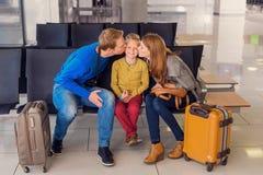 Famille heureuse étreignant à l'aéroport Image stock