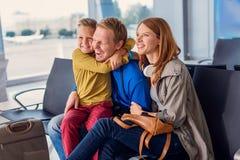 Famille heureuse étreignant à l'aéroport Photographie stock libre de droits