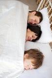 Famille heureuse étreignant et dormant. Images stock