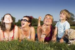 Famille heureuse appréciant à l'extérieur un jour ensoleillé Photos stock