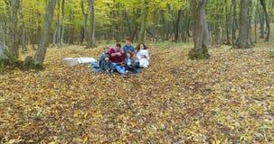 Famille heureuse appréciant Autumn Day dans la forêt banque de vidéos