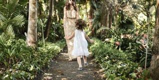 Famille heureuse appréciant des loisirs dans une forêt tropicale image libre de droits