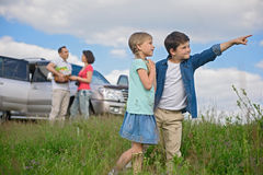 Famille heureuse appréciant des vacances de voyage par la route et d'été Photos stock