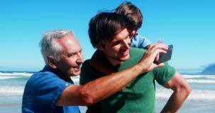 Famille heureuse appréciant ensemble à la plage banque de vidéos