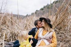 Famille heureuse appréciant la vie extérieure Photo libre de droits