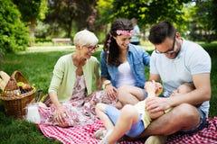 Famille heureuse appréciant le pique-nique en nature à l'été photographie stock libre de droits