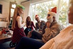 Famille heureuse appréciant Noël ensemble à la maison Photographie stock