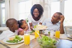 Famille heureuse appréciant un repas sain ensemble photos libres de droits