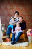 Famille heureuse attendant des vacances Images stock
