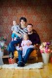 Famille heureuse attendant des vacances Image libre de droits