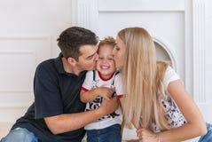 Famille heureuse attendant le nouveau bébé Femme enceinte avec le baiser de mari le petit fils Images libres de droits