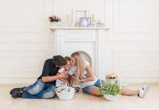 Famille heureuse attendant le nouveau bébé Femme enceinte avec le baiser de mari le petit fils Image libre de droits