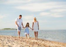 Famille heureuse au bord de la mer Photos libres de droits