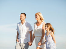 Famille heureuse au bord de la mer Photographie stock libre de droits