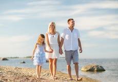 Famille heureuse au bord de la mer Images libres de droits