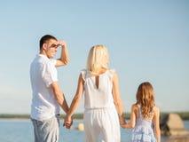 Famille heureuse au bord de la mer Photo stock