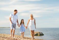 Famille heureuse au bord de la mer Image libre de droits