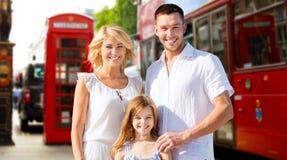 Famille heureuse au-dessus de rue de ville de Londres Photo libre de droits