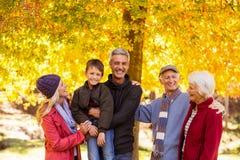 Famille heureuse au parc pendant l'automne Photos libres de droits