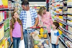 Famille heureuse au supermarché Photos libres de droits