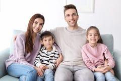 Famille heureuse avec de petits enfants Photographie stock libre de droits