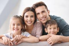 Famille heureuse avec de petits enfants Image libre de droits