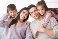 Famille heureuse avec de petits enfants Photo stock