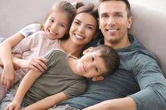 Famille heureuse avec de petits enfants Photos stock