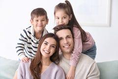 Famille heureuse avec de petits enfants Photo libre de droits