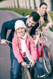 Famille heureuse avec des bicyclettes Images stock