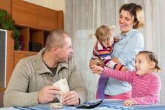 Famille heureuse avec des billets de banque Photographie stock libre de droits