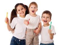 Famille heureuse avec des brosses à dents Photographie stock libre de droits