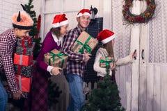 Famille heureuse avec des cadeaux dans leurs mains Image libre de droits