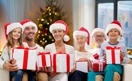 Famille heureuse avec des cadeaux de Noël à la maison image libre de droits