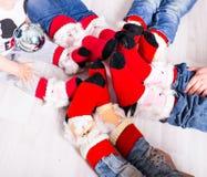Famille heureuse avec des chaussettes de Noël Concept de vacances d'hiver Photographie stock libre de droits