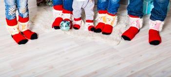 Famille heureuse avec des chaussettes de Noël Concept de vacances d'hiver Image libre de droits