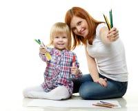 Famille heureuse avec des crayons de couleur. Photo stock
