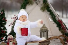 Famille heureuse avec des enfants, ayant l'amusement extérieur dans la neige sur le Christ photos libres de droits