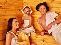 Famille heureuse avec des enfants dans le chapeau dans le sauna Photo libre de droits